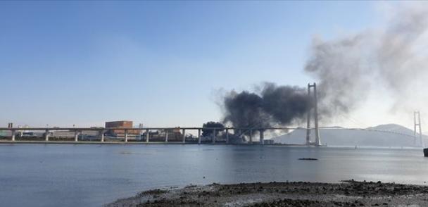爆炸产生的铁片,飞到了附近大桥上(韩联社)