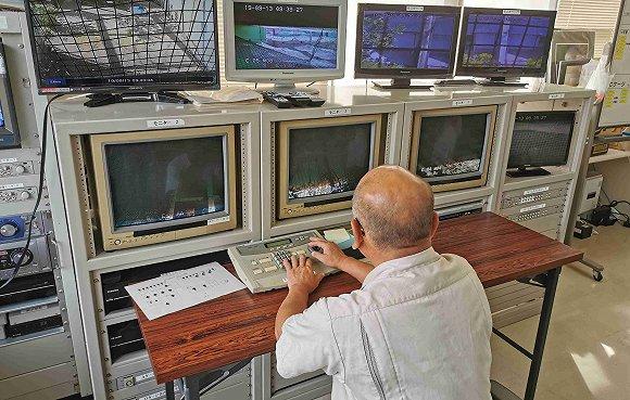 61岁的金子良则在监视器前观察朱�q 拍摄:田思奇
