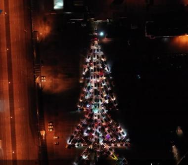 """200辆汽车组成""""闪耀""""圣诞树(图源:今日俄罗斯)"""