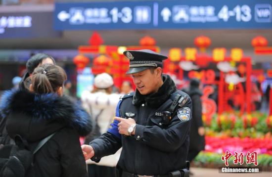资料图:北京铁路警方持续强化各项安全保卫工作,维护乘车秩序,让旅客出行更加便捷。中新社记者 杨可佳 摄