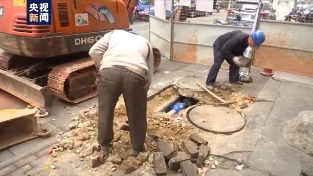 广西南宁路面突然塌陷四人落入坑中 监控拍下全程