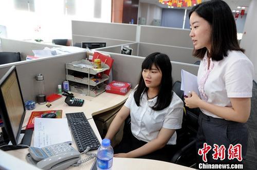 资料图:台湾大学生在厦门银行漳州分行实习。中新社发 陈淑华 摄