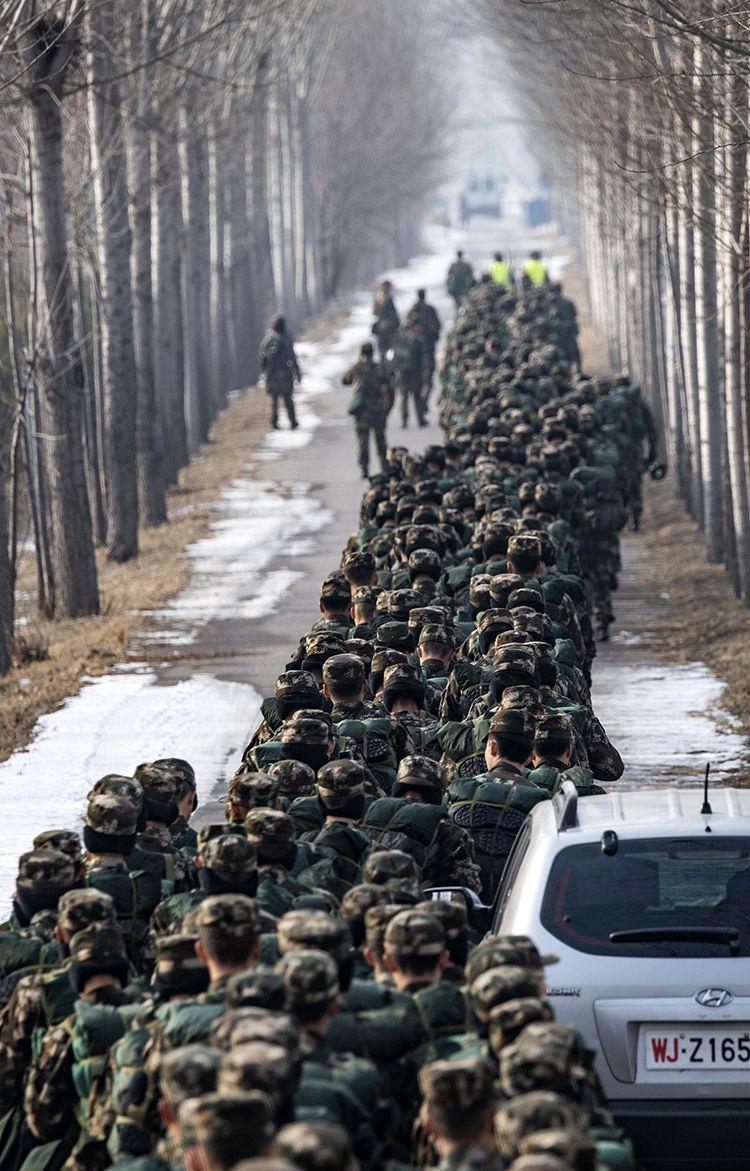 12月25日,武警北京总队某支队开展新兵野表训练。