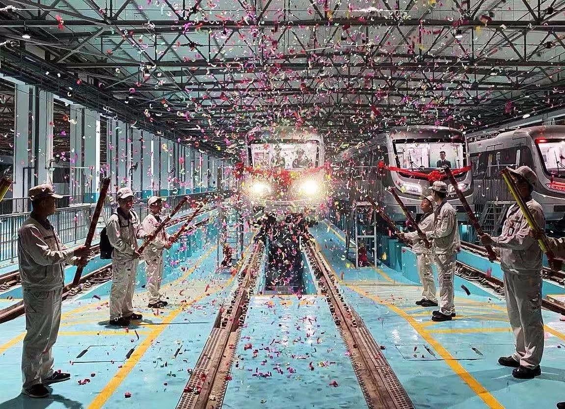 中国内地首条穿海地铁通车运营 穿越海底需3分钟