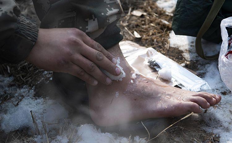 12月25日,通过三天的拉练,别名兵士的脚肿了首来,为了坚持完善训练,休休间隙用地面未化的积雪冰敷,消肿止痛。