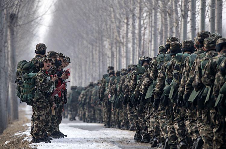 12月25日,拉练中开展文化运动,兵士打快板为战友添油。