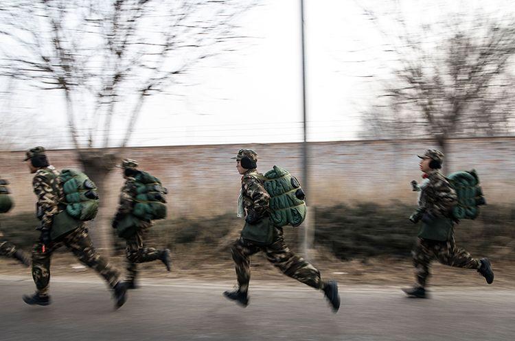 12月25日,武警北京总队某支队开展新兵野表训练,途中进走急走军拉练。
