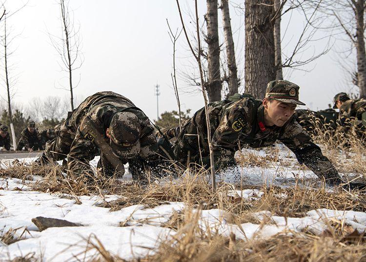 12月25日,武警官兵进走危险避险训练。