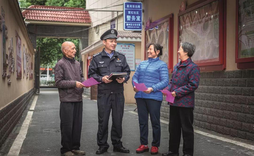 邱军与辖区居民在一起聊天。(图片来源:受访者供图)