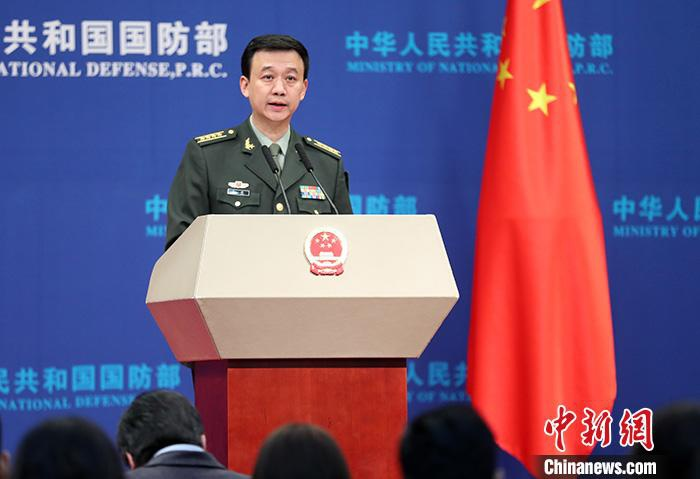 12月26日,国防部新闻局局长、国防部新闻发言人吴谦在例行记者会上答记者问。中新社记者 宋吉河 摄