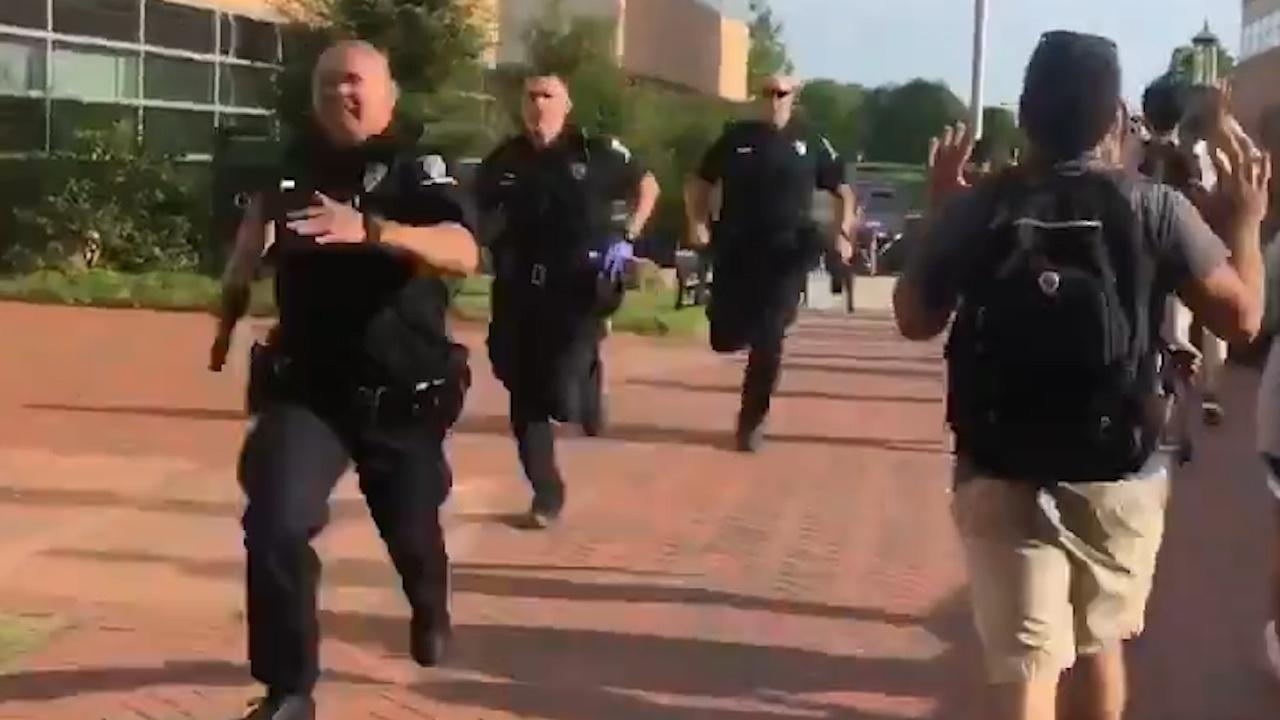 枪击案发生后,警察奔向现场(《镜报》)