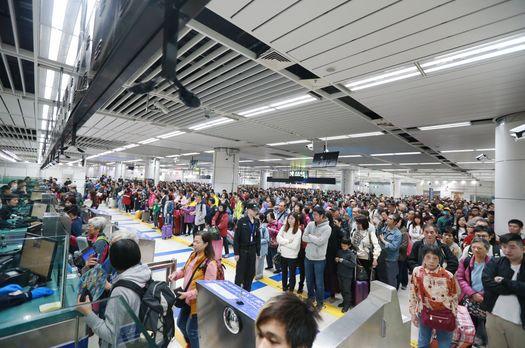 """深圳""""高能预警"""":大批香港游客挤爆入境大厅"""