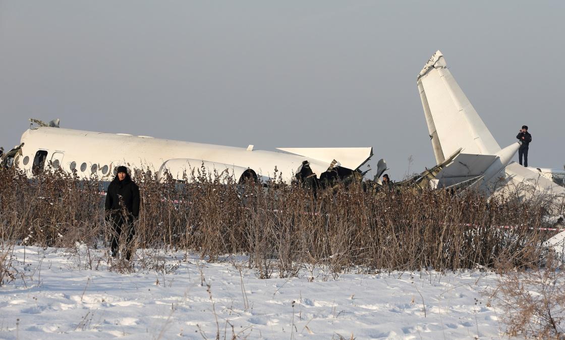当地时间2019年12月27日,哈萨克斯坦阿拉木图附近,坠机现场。 新华社 图