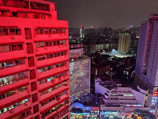 李某住在新纪元购物广场3号楼30层一间酒店公寓,他跳楼前所望到的窗外夜景也许这样。
