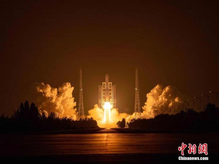 """由于体型壮大,长征五号火箭被民多亲昵地称呼为""""肥五""""。郭文彬 摄"""