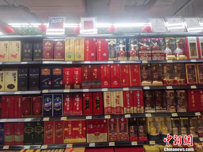 北京丰台区永辉超市的白酒区。 谢艺观 摄