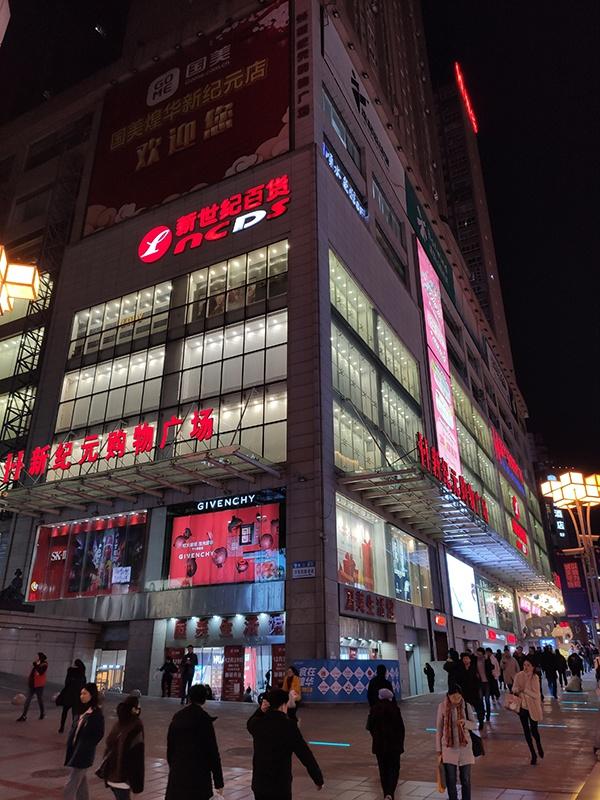 12月26日晚,三峡广场的人比以前少了许众。 本文图片均由澎湃消息记者 王鑫 图