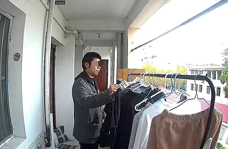 犯罪嫌疑人正在偷盗衣物。 本文图片均为普陀警方提供