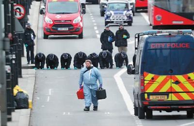 12月1日,英国伦敦,法医在发生恐怖袭击事件的伦敦桥上进行调查 新华社/美联