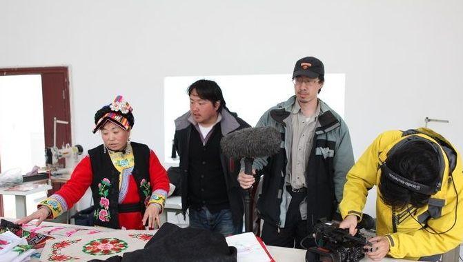"""△2013年11月,""""中国记忆""""项目在四川茂县拍摄羌族刺绣项目代表性传承人李兴秀的技艺实践"""