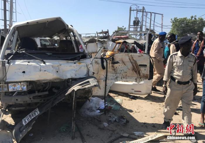 在索马里摩添迪沙野外爆炸现场拍摄的汽车残骸。