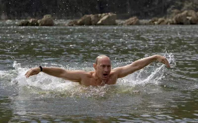 ▲2009年8月3日,在位于俄罗斯西伯利亚地区的图瓦共和国,普京在湖中游泳。新华社发