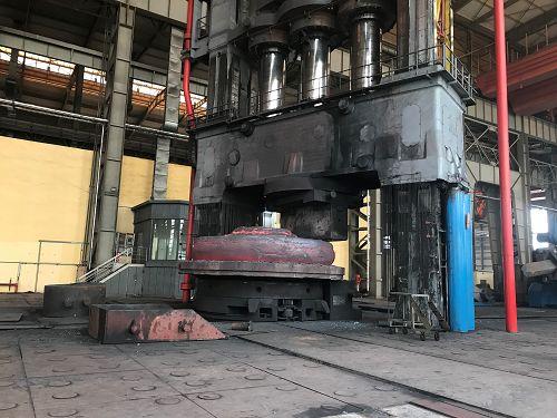 """▲世界最大18000吨水压机锻造砧座。(张长龙形容""""铸造是和面,锻造就是揉面"""",起""""压实、净化、成型""""作用。)"""