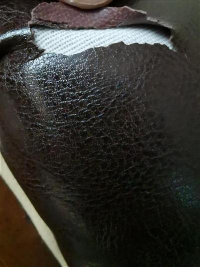 沙发扶手出现龟裂,反面有粗糙的纹理,里层为布层