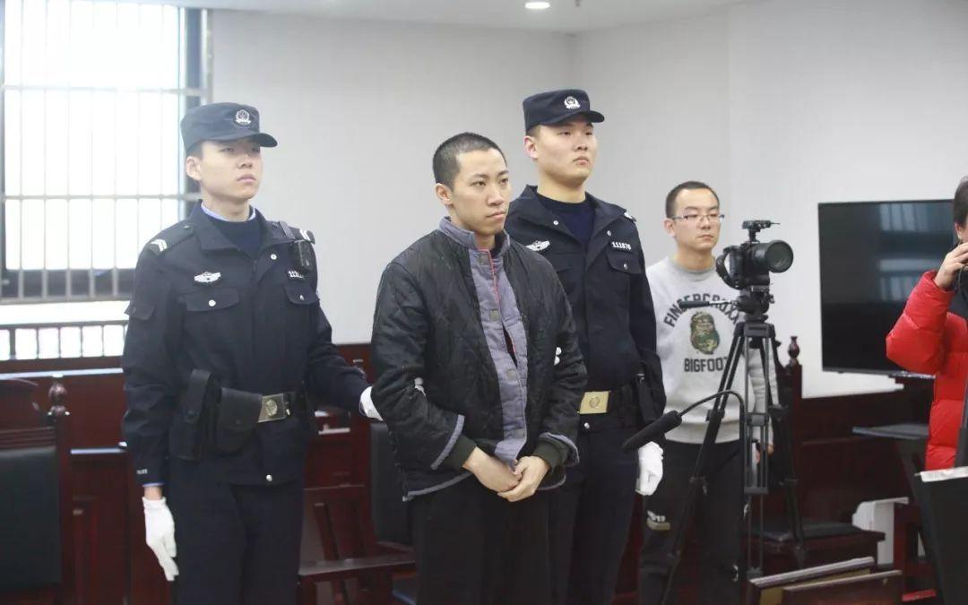 男子利用上学高峰期多次偷摸幼女 获刑3年