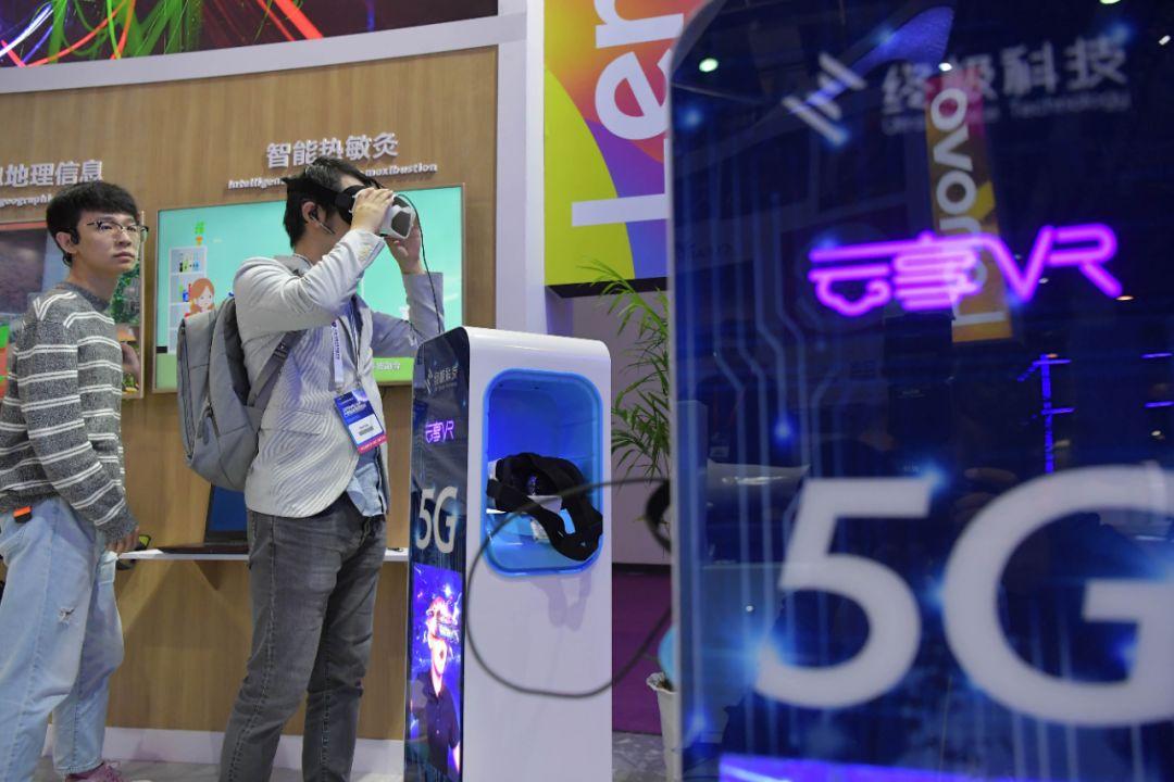 10月19日,在2019世界VR产业大会VR/AR产品和应用展览会上,观众在体验一款VR设备。(新华社记者彭昭之摄)