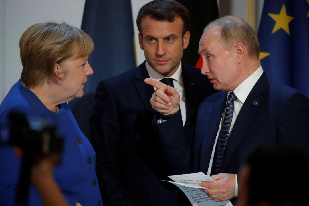 12月9日,在法国巴黎,(从左到右)德国总理默克尔、法国总统马克龙和俄罗斯总统普京出席联合记者会。(新华社/法新)