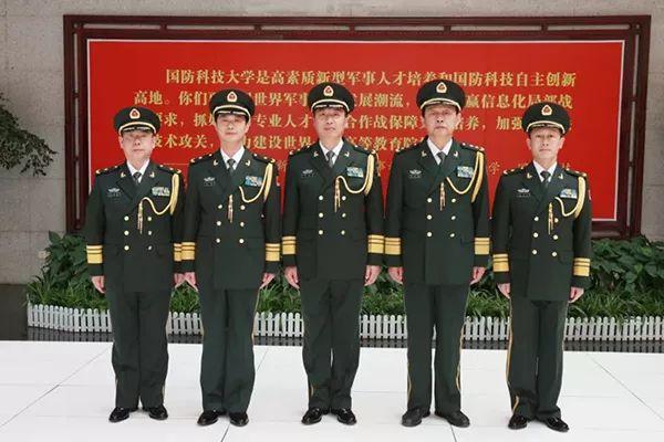 图为12月13日,国防科大举走晋升少将军衔仪式。