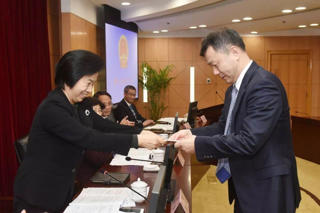 李萍向陈杰同志赠送宪法、监督法