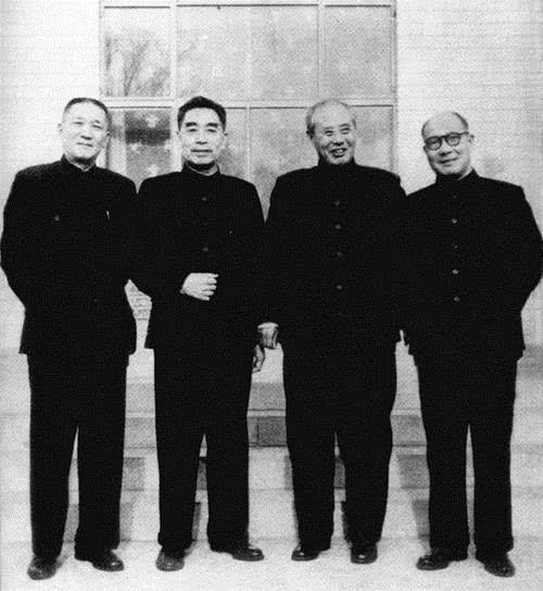 周恩来总理与傅作义、张治中、屈武相符影(1961年)