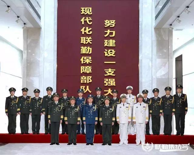 图为12月12日,联勤保障部队举走晋升少将军衔暨机关干部晋升军衔仪式。