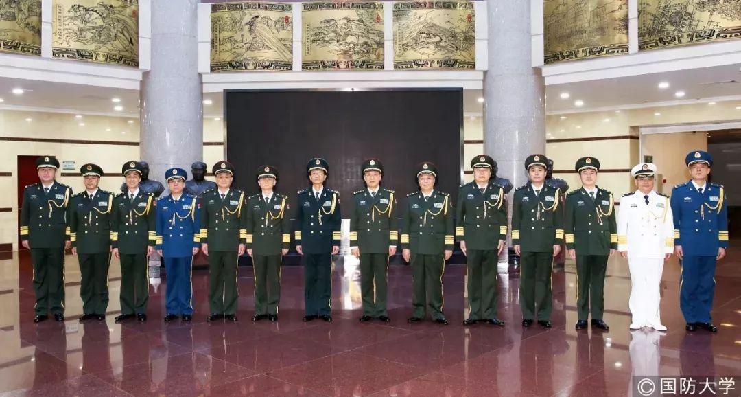 图为12月10日,国防大学举走晋升少将军衔仪式。