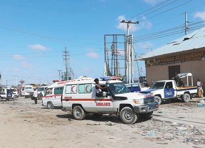 12月28日,在索马里首都摩加迪沙,救护车在炸弹袭击现场参与救援。
