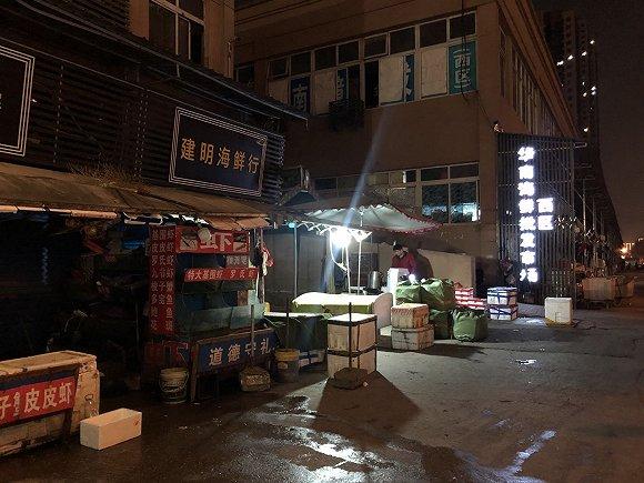 夜晚仍有商户营业。 摄影:曾金秋