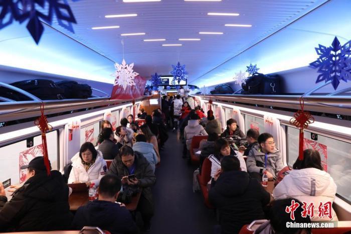 12月30日,北京至张家口高速铁路(简称京张高铁)开通运营。当日,旅客乘坐G8811次列车从北京北站前往太子城站。中新社记者 蒋启明 摄