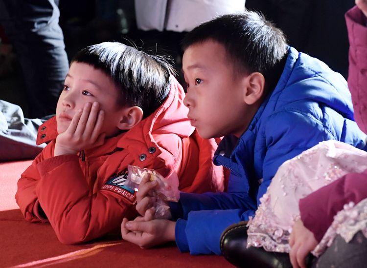 """合影""""宇航員"""" 拓印天文圖 北京天文館探秘星空迎新年"""