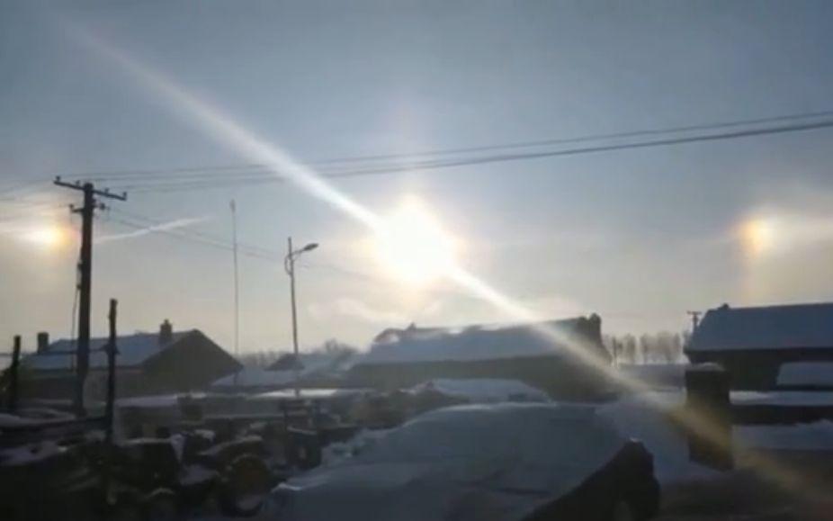 """天空中出现了3个""""太阳""""。视频截图"""