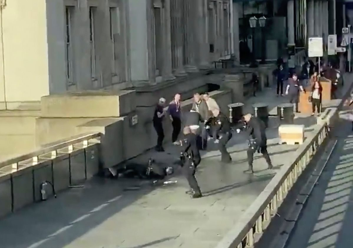 日前,一名释囚砍死二人后被伦敦警方当场击毙。