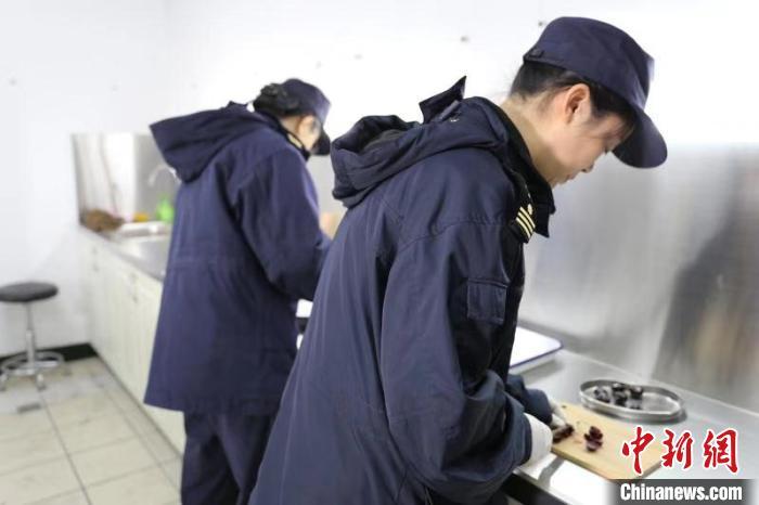 海关对车厘子进行查验 杭州海关 摄