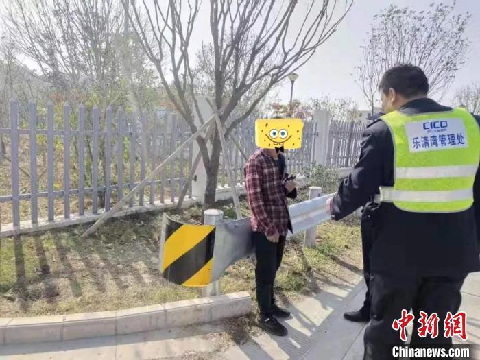"""图为:男子高速徒步回1500公里外的老家,民警""""唐僧式""""开导,句句暖心。台州公安供图"""