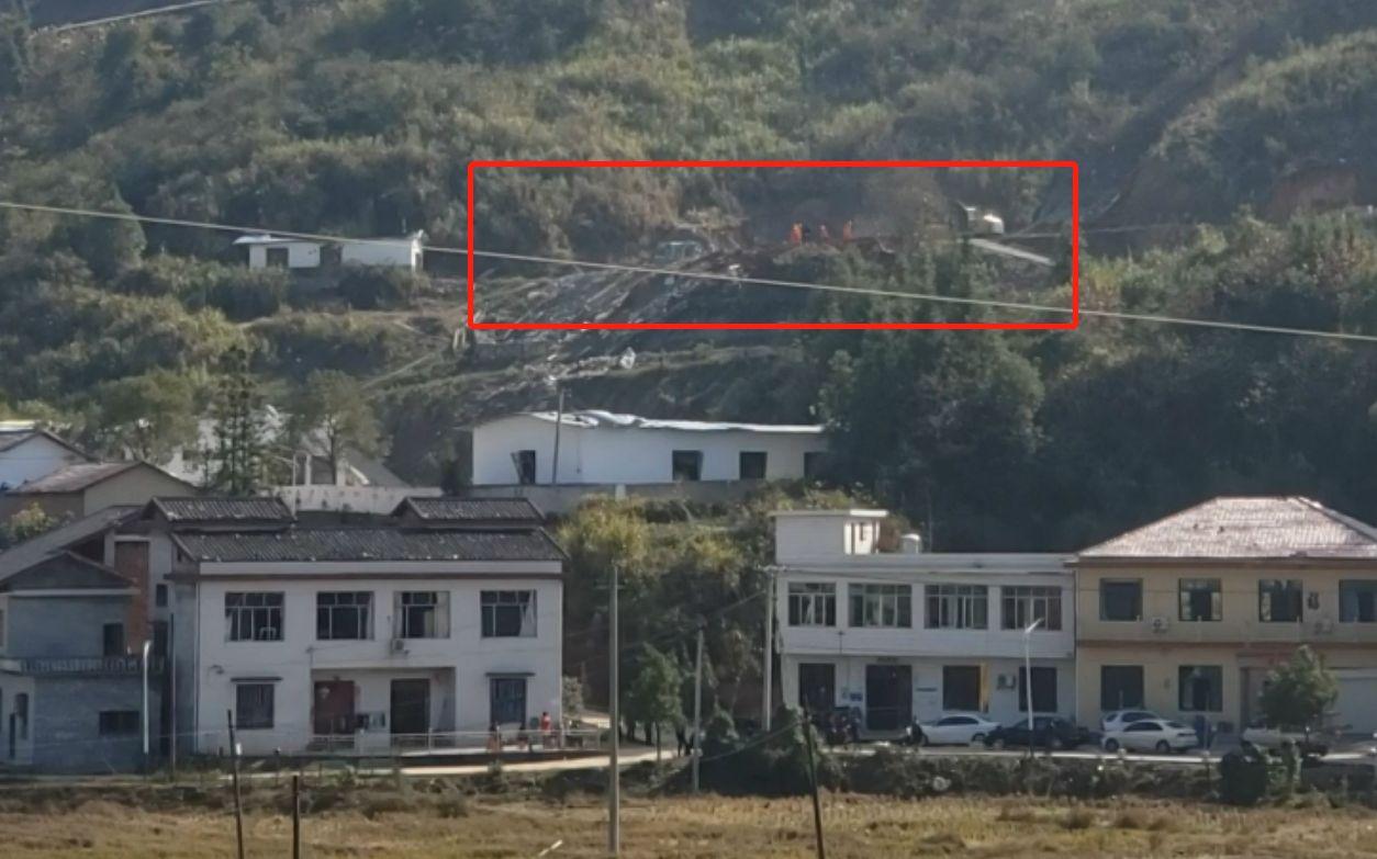 事发现场(图中红框区域)有多名救援人员正在作业。新京报记者 张熙廷 摄