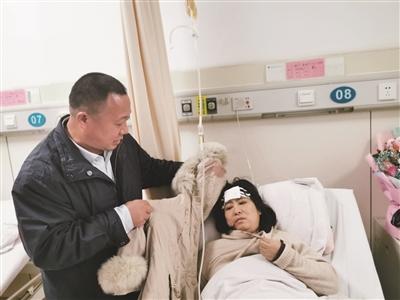 苏敏丈夫展示妻子当时穿的外套,帽子上、内侧的血迹已干。朱鼎兆 摄