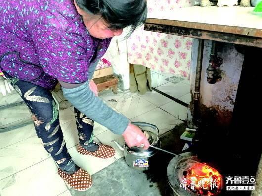 唐山市的李女士说,清洁煤比散煤难烧透,烧起来确实很旺。
