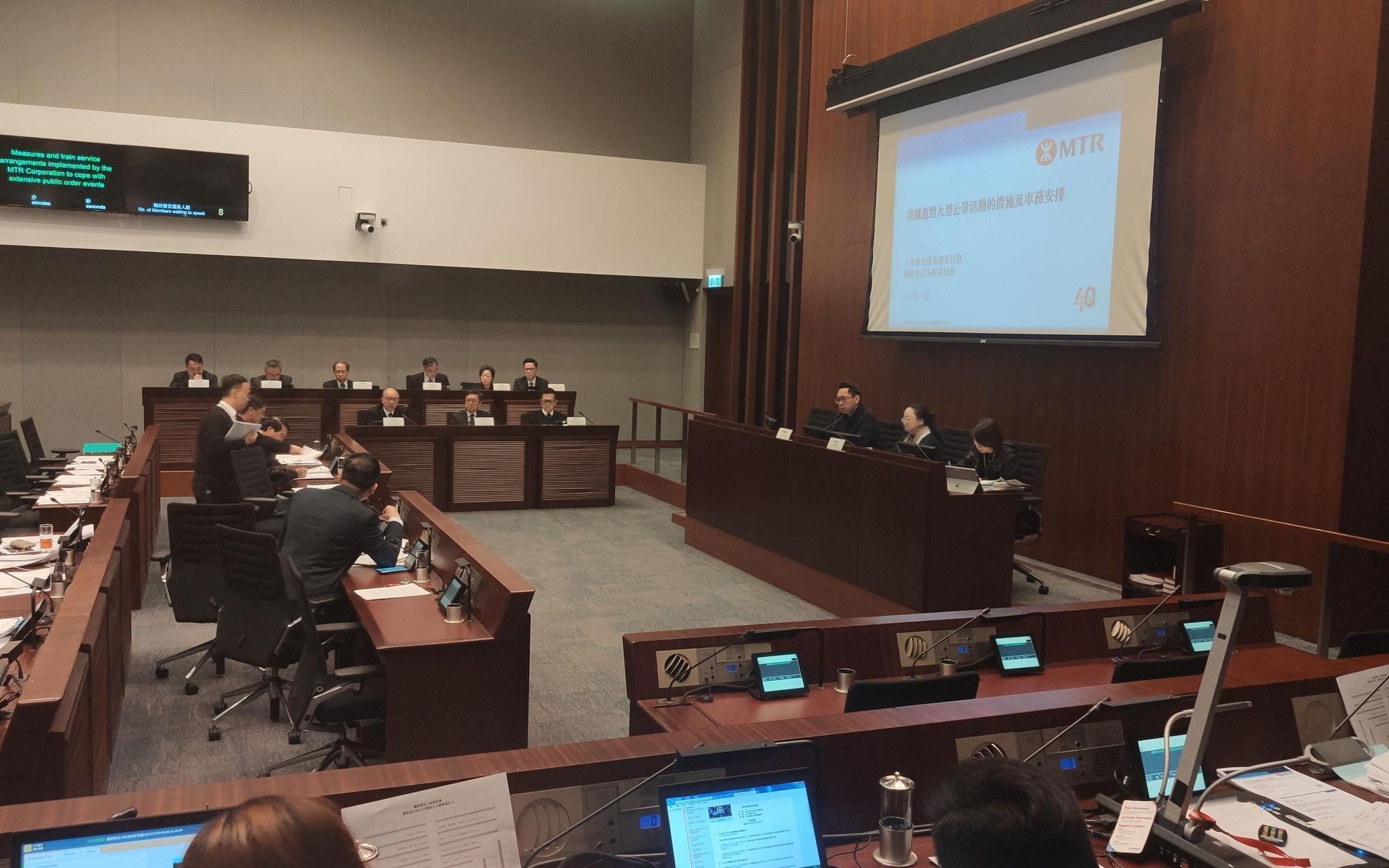 12月6日上午10点,喷鼻港立法会铁路事宜小组委员会召休会议。新京报特派喷鼻港报导组