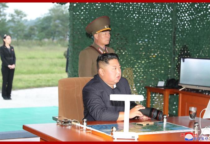 9月10日,金正恩指导超大型火箭炮试射,朴正川站在其身旁。(朝中社)