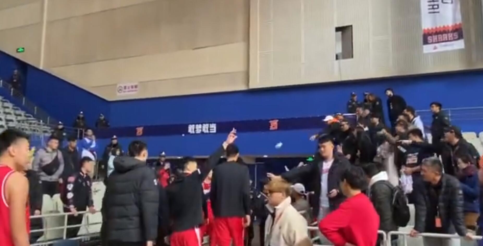 一名球迷向青岛队球员投掷杂物。
